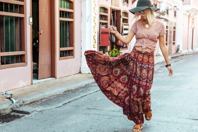 Fille de Boho marchant sur la rue de ville images stock