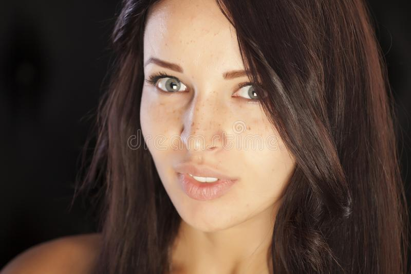 Fille de brune avec les configurations faciales parfaites image libre de droits