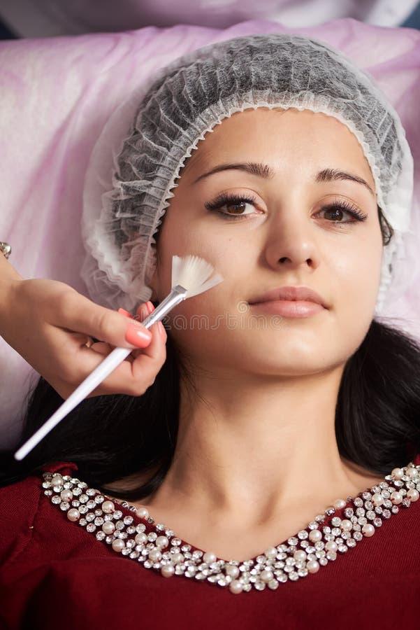 Fille de brune recevant des traitements dans des salons de beauté Plan rapproché photo stock