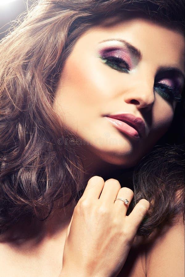 fille de brunette posant le studio photo stock