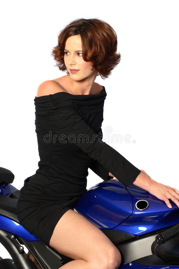 Fille de Brunette sur la robe de noir de moto photo stock