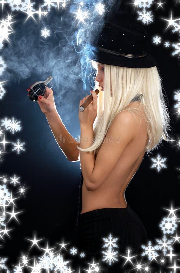 Fille de cabaret avec le cigare, la grenade et les flocons de neige photo libre de droits
