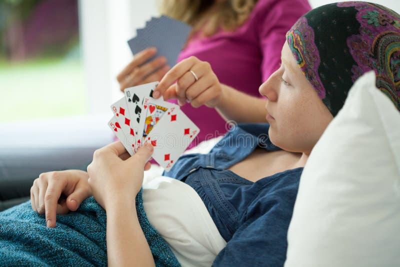 Fille de Cancer jouant des cartes photographie stock libre de droits