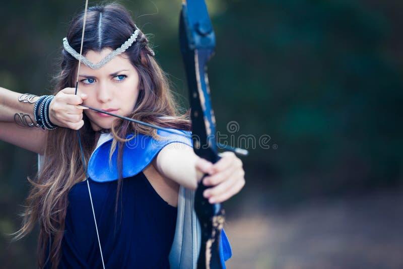 Fille de chasseur de forêt avec le tir à l'arc photos libres de droits