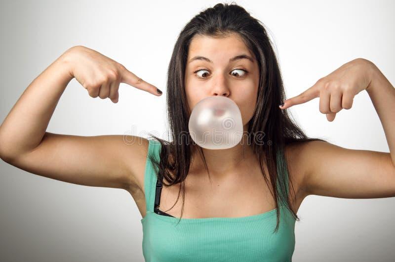 Fille de chewing-gum photographie stock