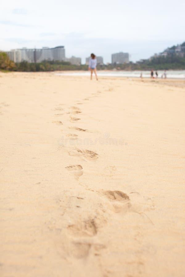 Fille de cinq ans jouant sur la plage sablonneuse de la mer photographie stock