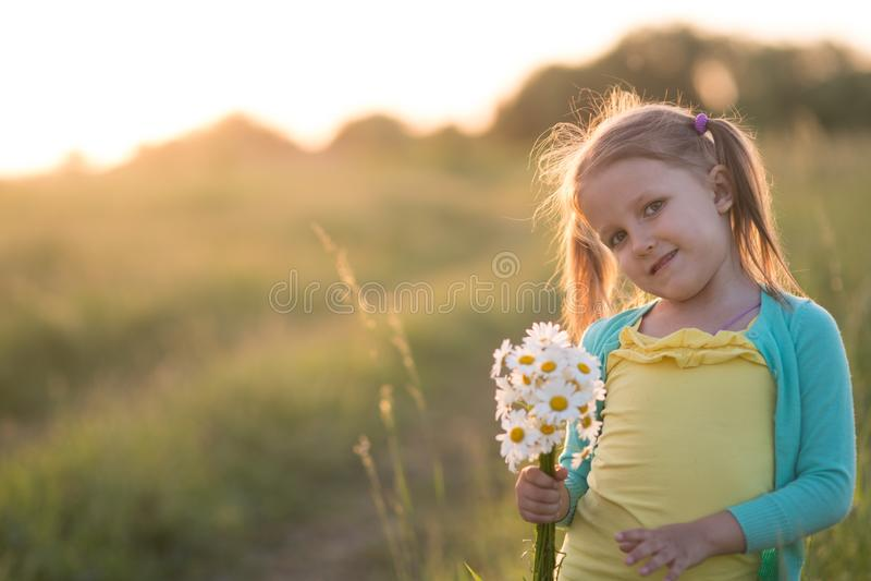 Fille de cinq ans sur un pré photo libre de droits