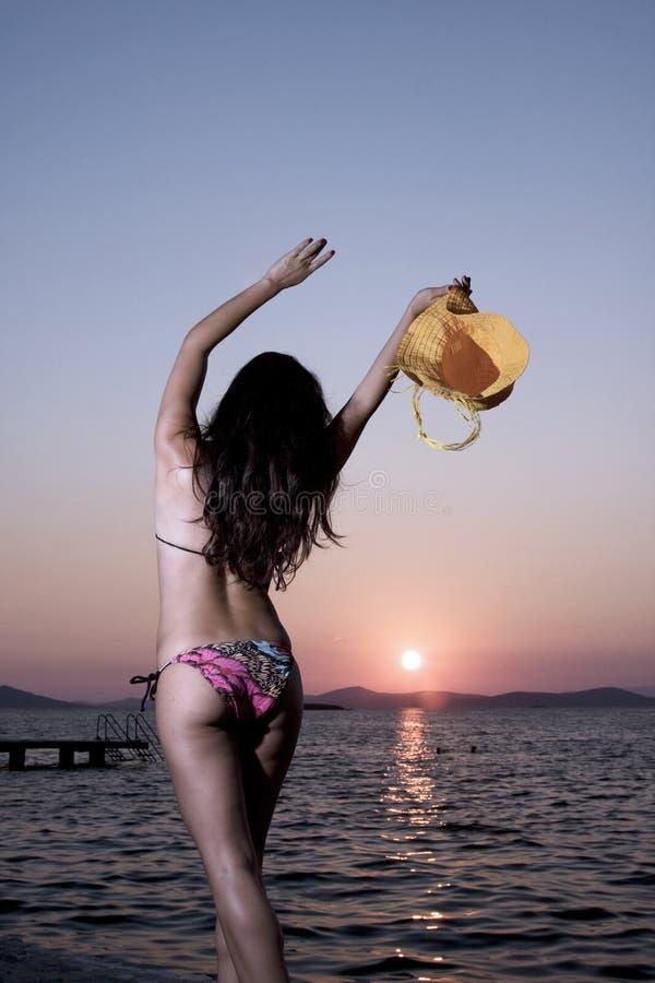 Fille de coucher du soleil photographie stock libre de droits