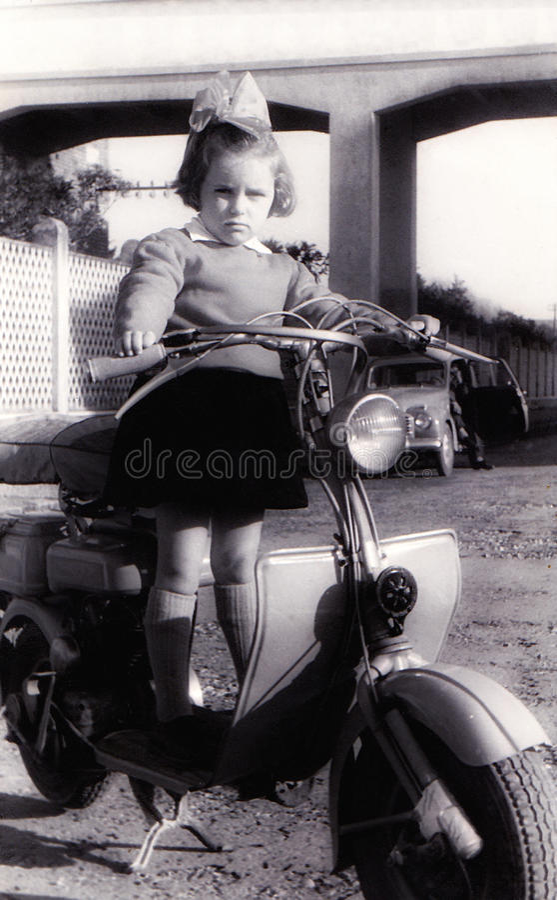 Fille de cru sur le vieux scooter image libre de droits