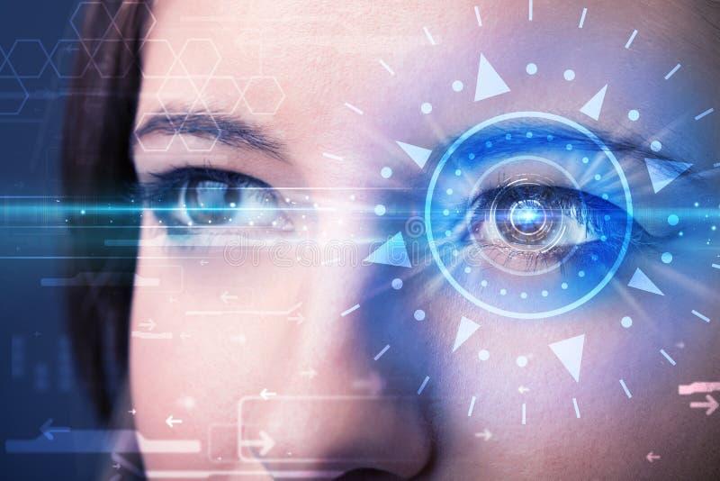 Fille de Cyber avec l'oeil technolgy regardant dans l'iris bleu photos libres de droits