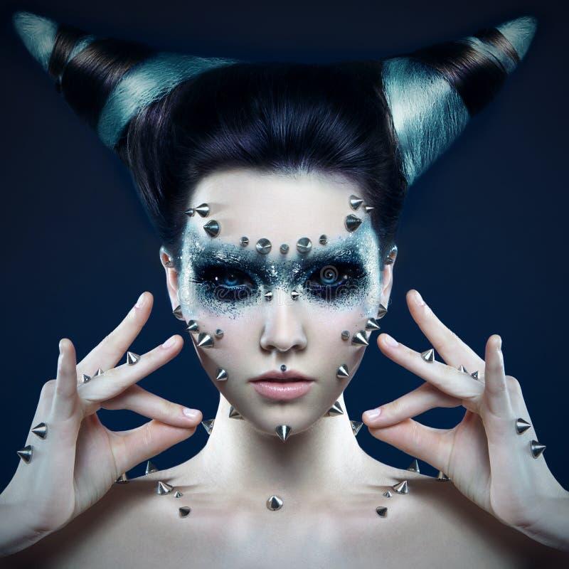 Fille de démon avec des transitoires sur le visage et le corps photo stock