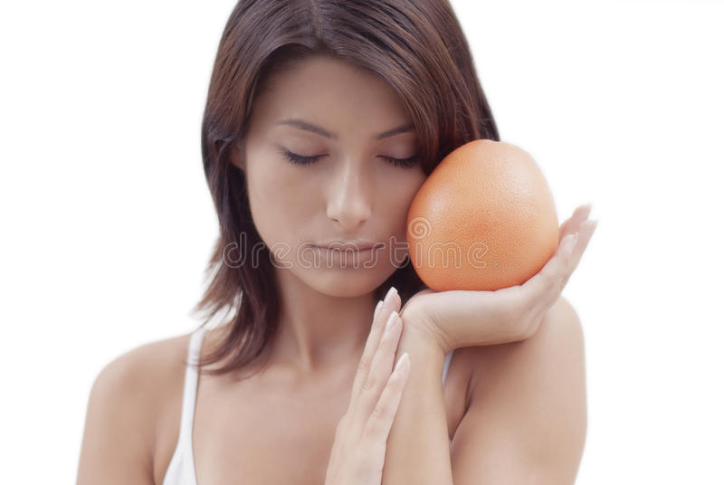 Fille De Détente Avec Un Fruit Orange Photos stock