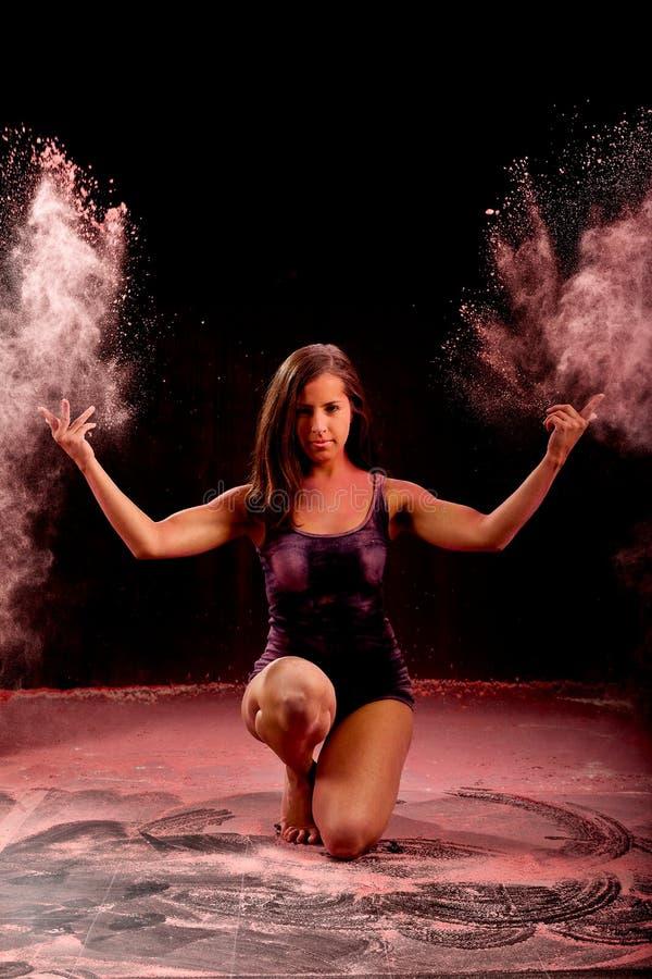 Fille de danse de Contemporay jetant la poudre rose photographie stock