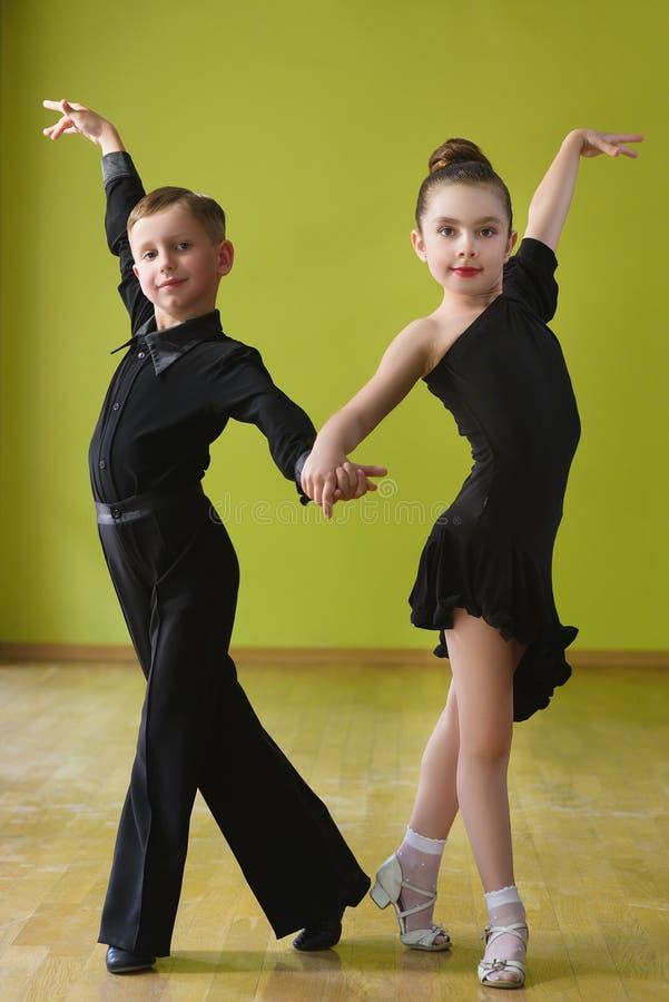 fille de danse de danse de garçon de salle de bal photographie stock