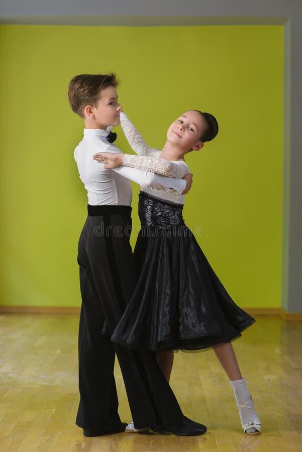 fille de danse de danse de garçon de salle de bal images libres de droits