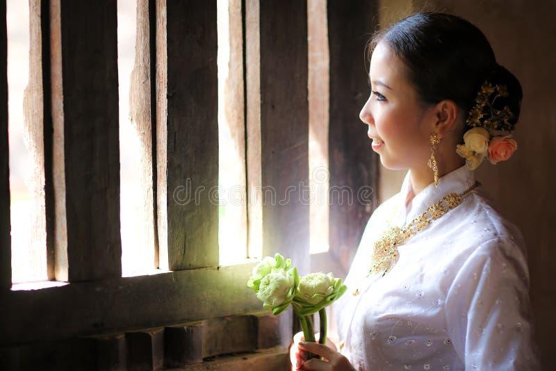 Fille de danse thaïlandaise avec la robe du nord de style dans le temple image stock