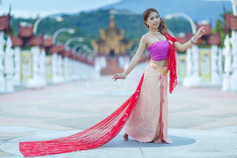Fille de danse thaïlandaise avec la robe du nord de style dans le temple photos stock