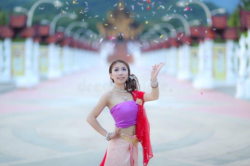 Fille de danse thaïlandaise avec la robe du nord de style dans le temple photographie stock