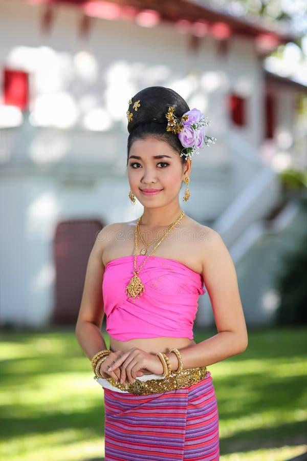 Fille de danse thaïlandaise avec la robe du nord de style dans le temple images stock