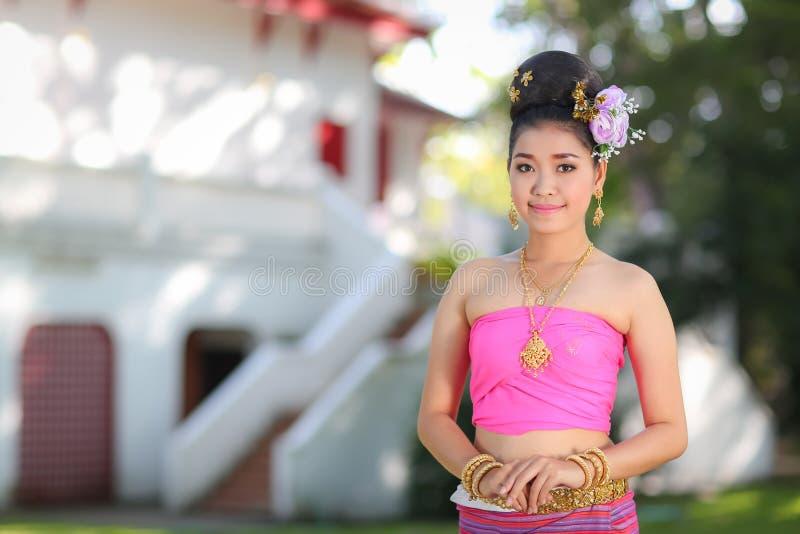 Fille de danse thaïlandaise avec la robe du nord de style dans le temple image libre de droits