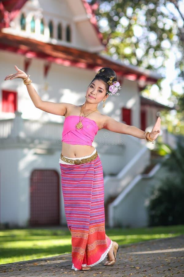 Fille de danse thaïlandaise avec la robe du nord de style dans le temple photos libres de droits