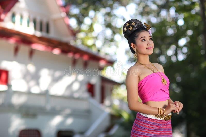 Fille de danse thaïlandaise avec la robe du nord de style dans le temple photo libre de droits