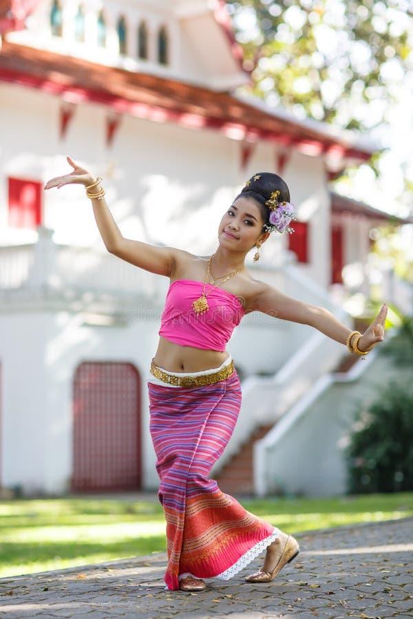 Fille de danse thaïlandaise avec la robe du nord de style dans le temple photographie stock libre de droits
