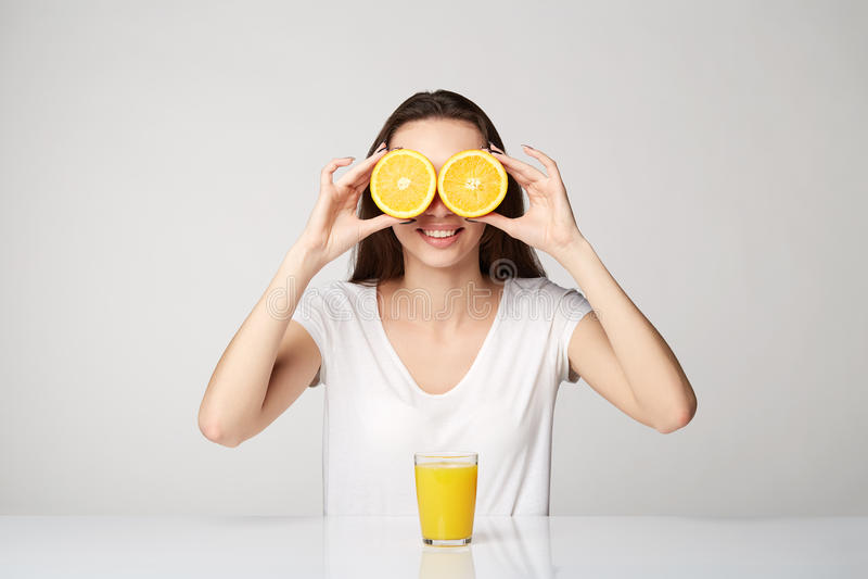 Fille de femme avec des fruits sur le fond de blanc gris photographie stock
