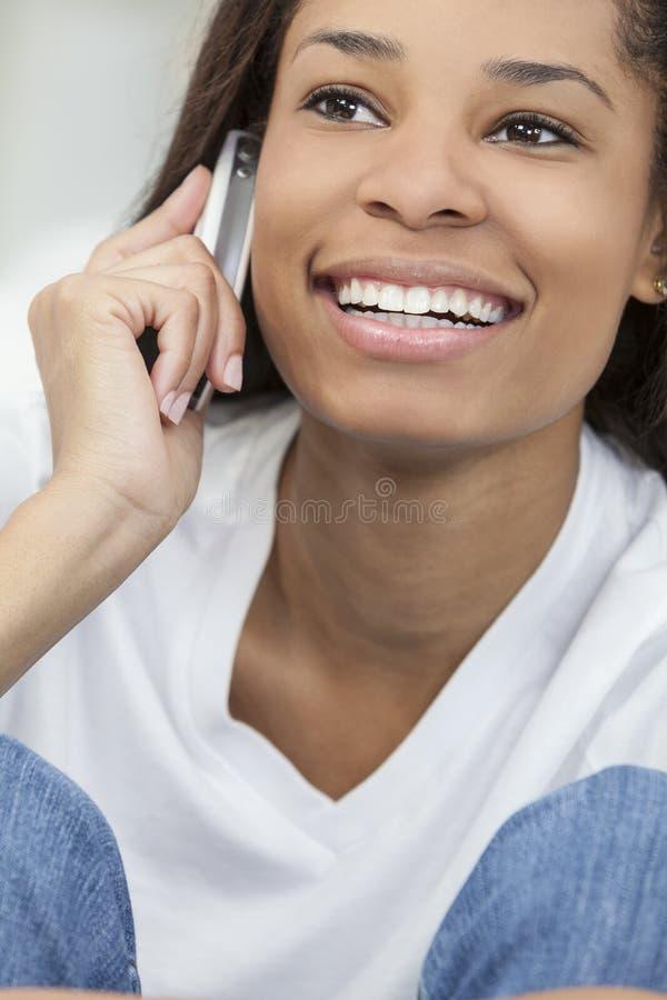 Fille de femme d'Afro-américain parlant sur le téléphone portable photos stock