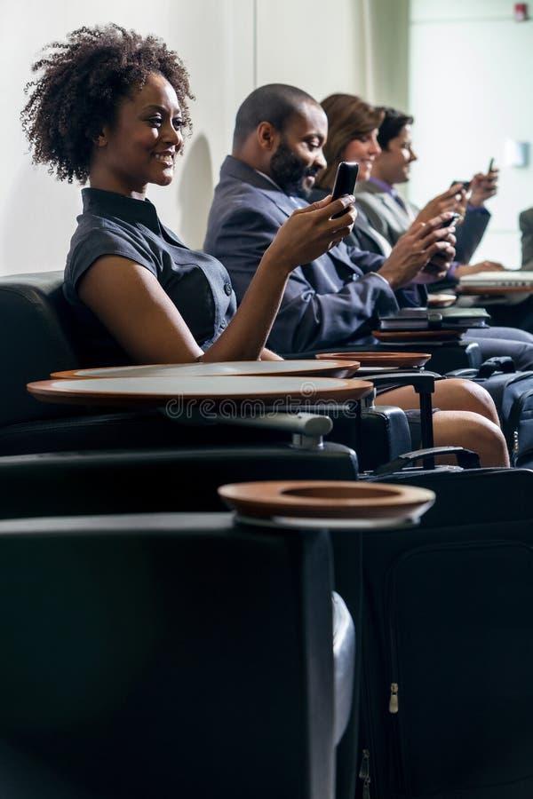 Fille de femme d'Afro-américain sur l'aéroport de téléphone portable photos libres de droits