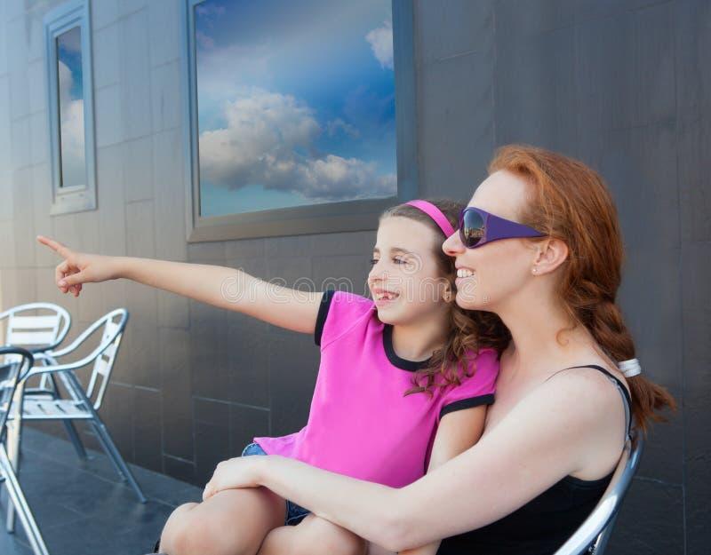 Fille de fille d'enfants s'asseyant sur le recouvrement de mère images libres de droits