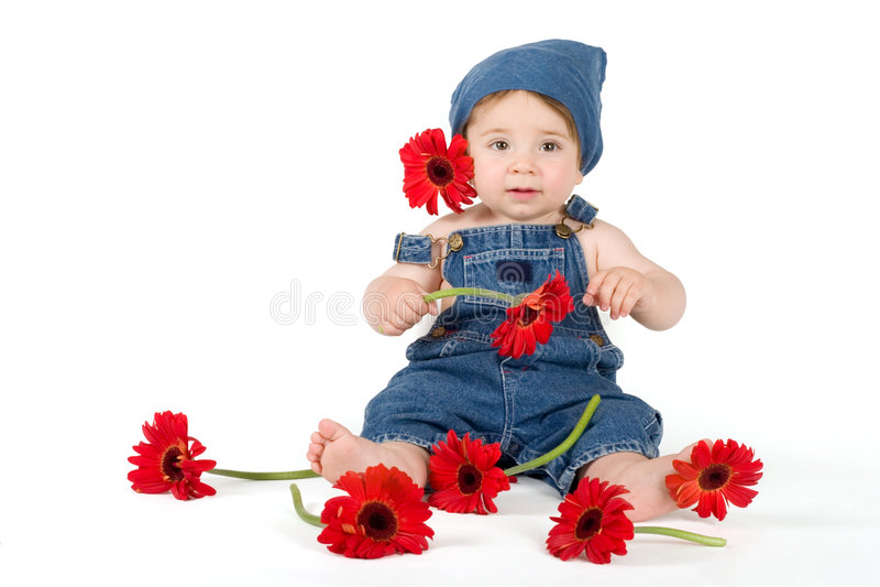 Fille de fleur - chéri parmi des gerberas frais image stock