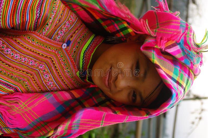 Fille de fleur de Hmong retournant des zones photographie stock