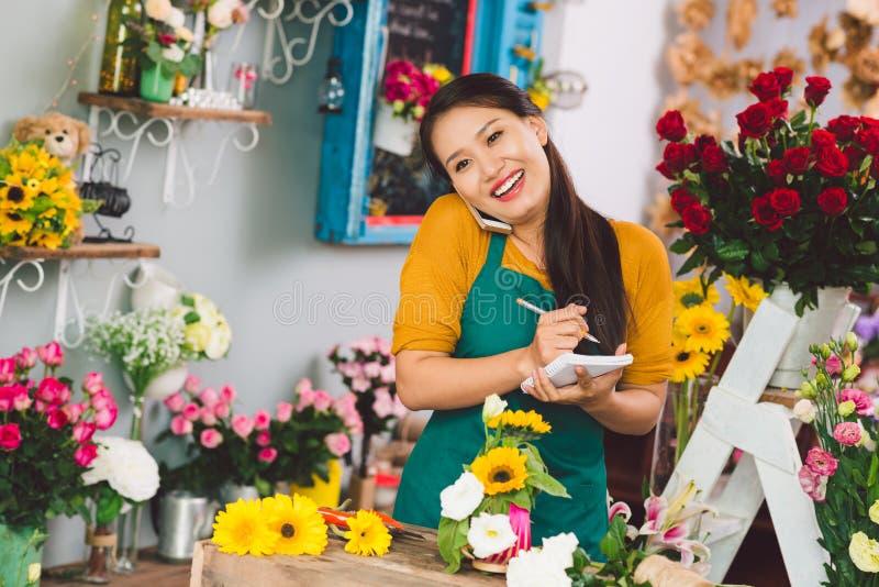 Fille de fleur heureuse photographie stock libre de droits