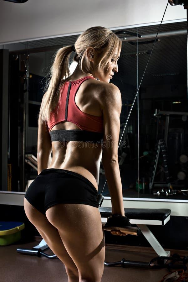 Fille de forme physique en gymnastique photos stock