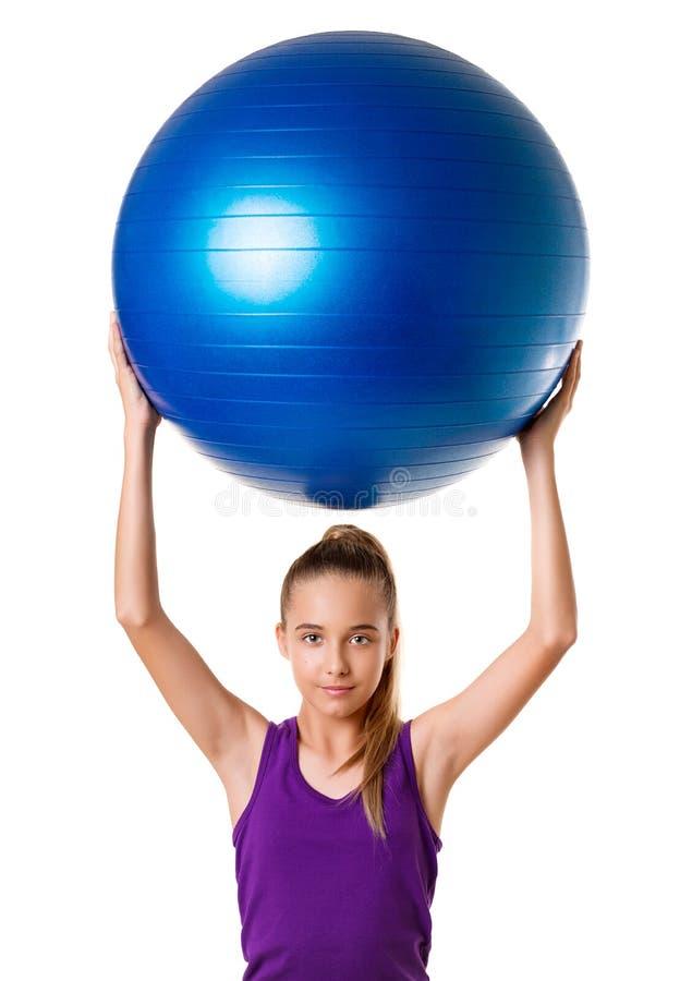 Fille de forme physique de Pilates jeune s'exerçant avec BAL d'exercice images libres de droits