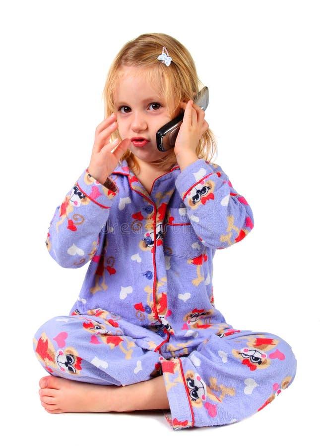 Fille de gosse communiquant au téléphone images libres de droits