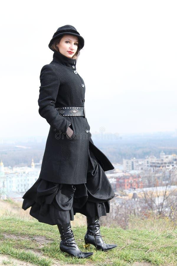 Fille de Goth se tenant sur une colline image libre de droits