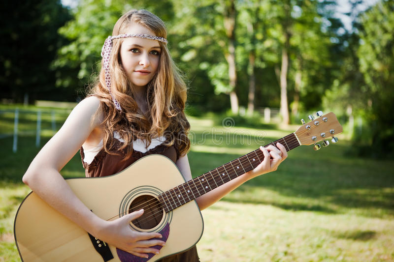 Fille de guitare image stock