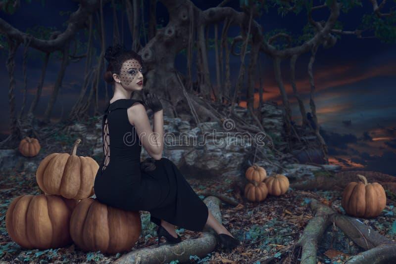 Fille de Halloween dans la forêt foncée images stock