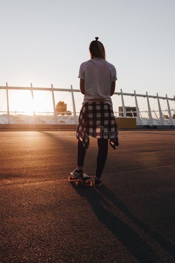 Fille de hippie avec le panneau de patin photographie stock