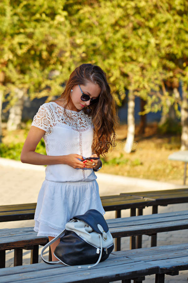 Fille de hippie avec le téléphone photos libres de droits