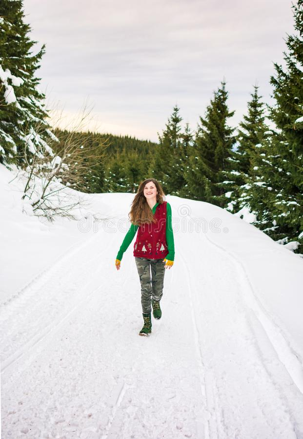 Fille de hippie marchant sur la montagne neigeuse photo stock