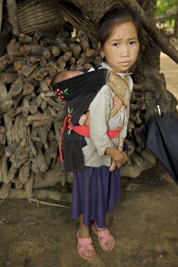 Fille de Hmong avec le frère, Laos photo stock