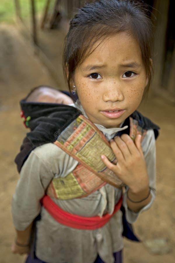 Fille de Hmong avec le frère, Laos image libre de droits