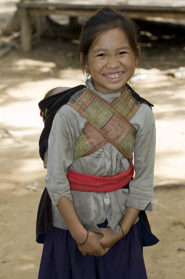 Fille de Hmong avec le frère, Laos images stock