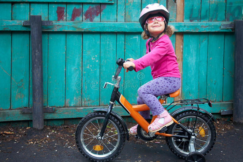 Fille de inspiration sur la bicyclette image stock