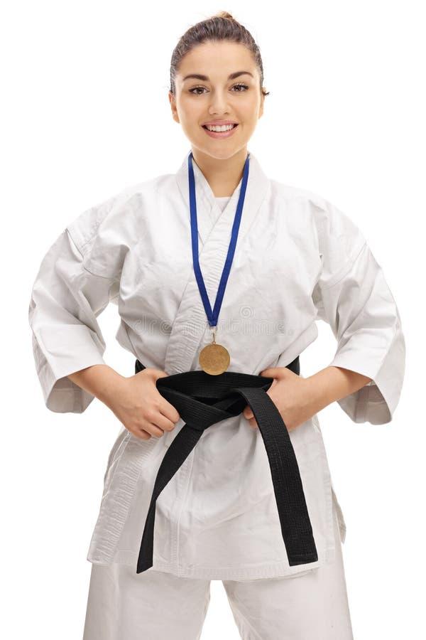 Fille de karaté avec un sourire de médaille d'or photos libres de droits
