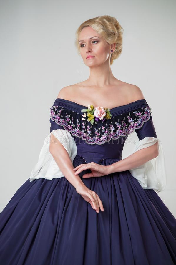 Fille de l'ère romantique dans une robe de soirée Belle rétro fille de style photo libre de droits