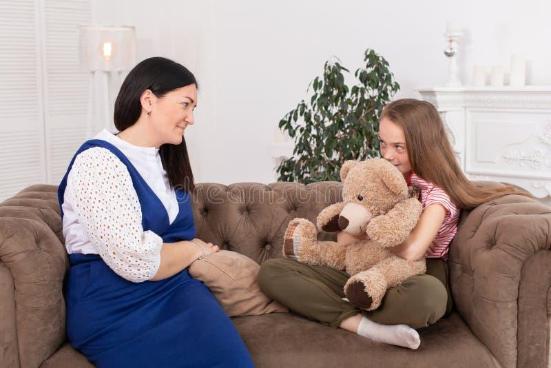 Fille de l'adolescence à la réception à la session de psychothérapie de psychothérapeute pour des enfants Le psychologue travaill photos stock